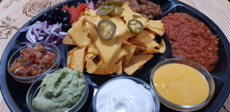 Nacho plate (nachos with dips)